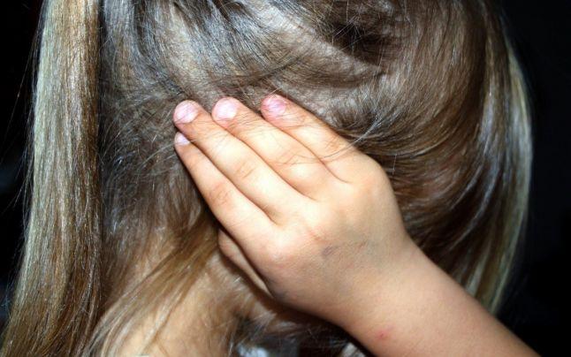 O mamă îşi acuză fostul soţ, jandarm, că şi-a agresat sexual copilul