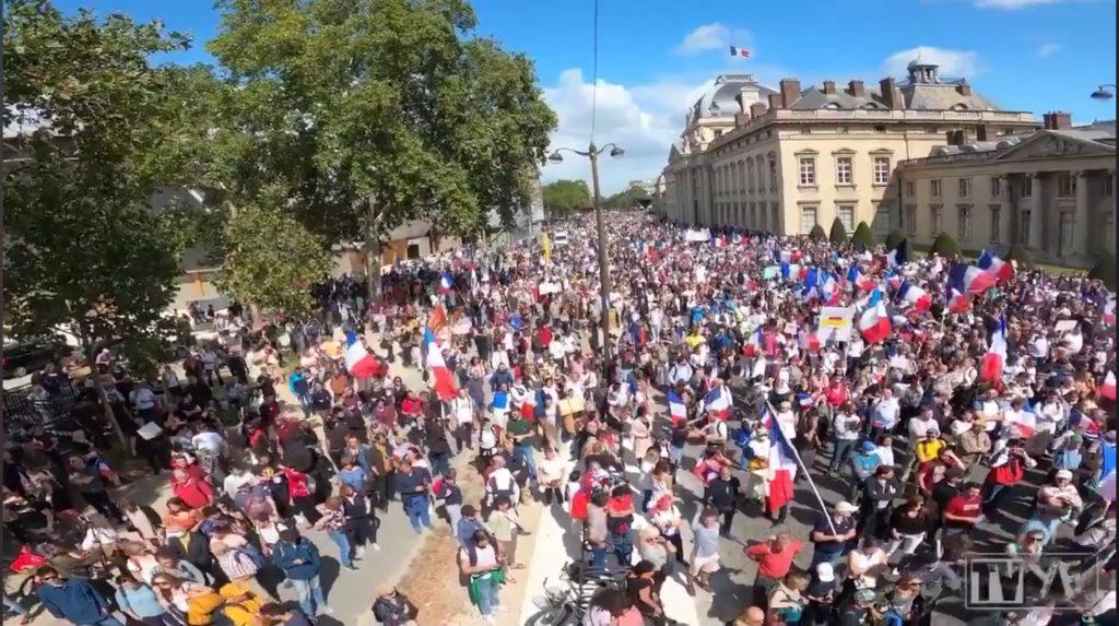 Mii de oameni au protestat in acest weekend la Berlin și Paris împotriva pașaportului de vaccinare