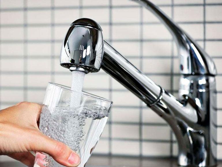 Sunt puțini români care mai aleg să bea apă de la chiuvetă